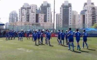 L'équipe de football des juniors de Maccabi Petah Tikva (Capture d'écran: YouTube)