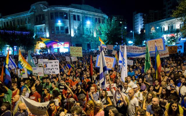 Des milliers d'Israéliens assistent à une manifestation anti-violence et anti-homophobie à Jérusalem, le 1er août 2015. (Yonatan Sindel / Flash90)