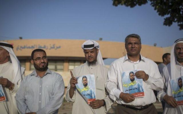Palestiniens et Bédouins manifestent pour la libération du prisonnier palestinien Mohammed Allaan, dans la ville bédouine de Rahat dans le sud d'Israël, le 18 août 2015. (Hadas Parush / Flash90)