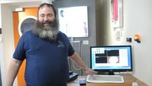 Le directeur de Zomet le rabbin Daniel Marans montrant un clavier et une souris de Zomet qui peuvent être utilisés le Shabbat dans les hôpitaux et à l'armée (Photo: Melanie Lidman / Times of Israel)