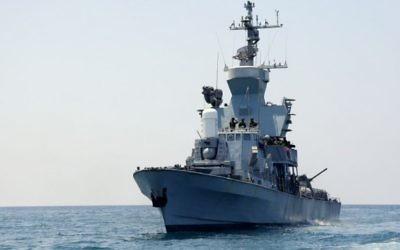 Des marins israéliens sur un navire de guerre de Tsahal au large de la côte de Gaza, lors de l'Opération Bordure protectrice le 28 juillet 2014 (Crédit photo: Edi Israel / Flash90)