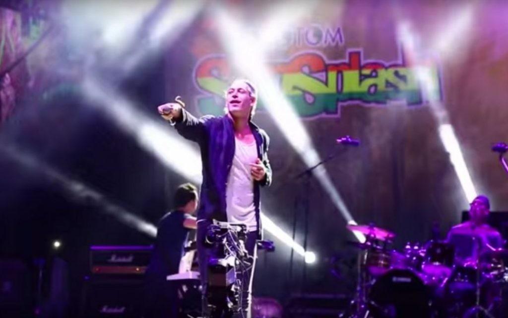 Matisyahu en concert à un festival de reggae espagnol, le 22 août 2015. (Crédit : capture d'écran YouTube via JTA)