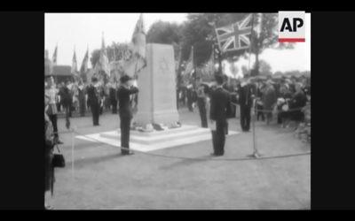 Un mémorial commémorant les Juifs qui ont combattu pour le Commonwealth britannique pendant les deux guerres mondiales dévoilé en Grande-Bretagne en 1961 (Crédit : Capture d'écran YouTube)