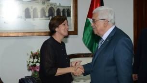 La présidente du Meretz Zehava Gal-on serre la main à Mahmoud Abbas lors d'une réunion à Ramallah. ( Via Facebook)