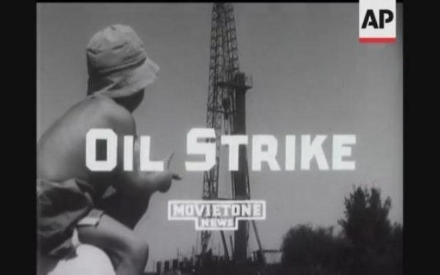 Un jeune observateur du puits de pétrole en 1955. (Capture écran YouTube)