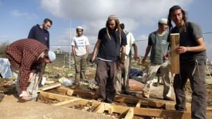 """Des """"jeunes des collines"""" de l'avant-poste Oz Zion en Cisjordanie après leur évacuation par les forces de sécurité, le 30 décembre 2012. Illustration. (Crédit : Flash90)"""