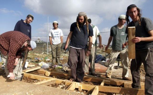 Des Jeunes des Collines de l'avant-poste Oz Zion en Cisjordanie, après leur évacuation par les forces de sécurité, le 30 décembre 2012. Illustration. (Crédit : Flash90)