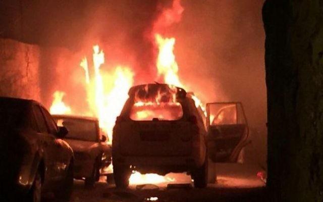 Une voiture de la police des frontières en feu après que des Palestiniens ait lancé un cocktail Molotov sur le véhicule, à Jérusalem, le mercredi 26 août 2015. Illustration. (Crédit : capture d'écran)
