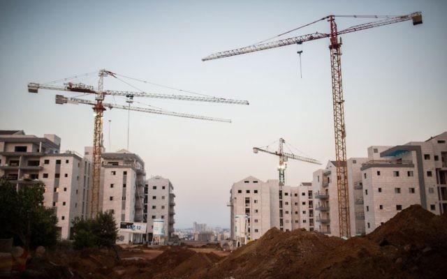 La nouvelle construction d'immeubles d'appartements à Derech Kfar Nachman dans la ville israélienne de Raanana (Crédit : Hadas Parush / Flash90)