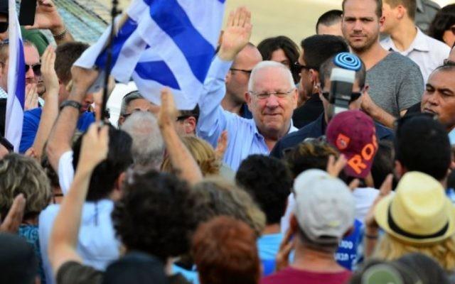 Reuven Rivlin avec des supporters devant la résidence du président à Jérusalem le 7 août 2015 (Crédit photo: Kobi Gidon / GPO)