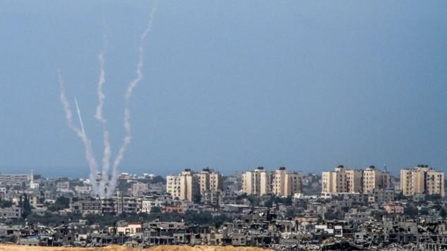 Une photo prise depuis le côté israélien de la frontière entre Israël et Gaza, le 20 août 2014, montre des tirs de roquettes par des terroristes palestiniens de la bande de Gaza vers Israël (Crédit : Albert Sadikov/Flash90)