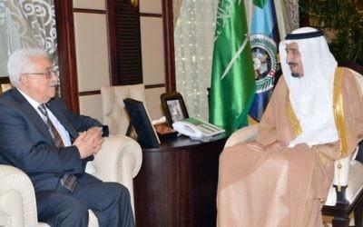 Salmane ben Abdelaziz Al Saoud (à droite) et le président de l'Autorité palestinienne Mahmoud Abbas, à Djeddah, en Arabie saoudite, le 18 juin 2014. (Crédit : AFP/HO/Saudi Press Agency)