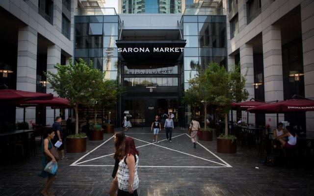 Le marché Sarona, le plus grand marché culinaire d'Israël, à Tel Aviv, le 18 août 2015. (Crédit : Miriam Alster / Flash90)