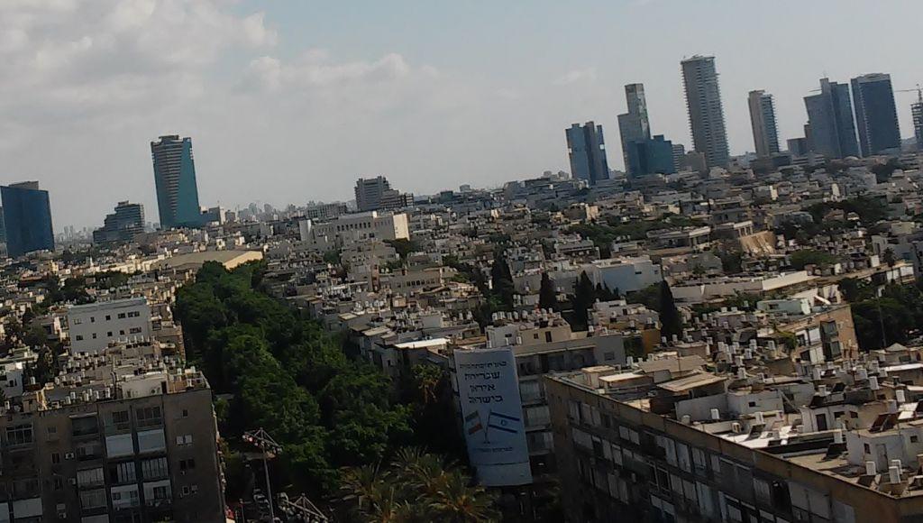 Vue de la bannière du bureau au 12ème étage du bureau du porte-parole de Tel Aviv (Simona Weinglass/Times of Israel)