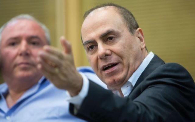 Le ministre de l'Intérieur, Silvan Shalom, devant la commission d'immigration et d'intégration à la Knesset, à Jérusalem, le 27 juillet 2015 (Crédit photo: Yonatan Sindel / Flash90)