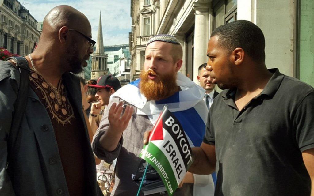 """Le """"Guerrier solitaire"""" Joseph Cohen, fondateur de la campagne populaire contre l'antisémitisme, lors d'un rassemblement pro-palestinien  à Londres, en juillet 2015 (Photo: Autorisation)"""