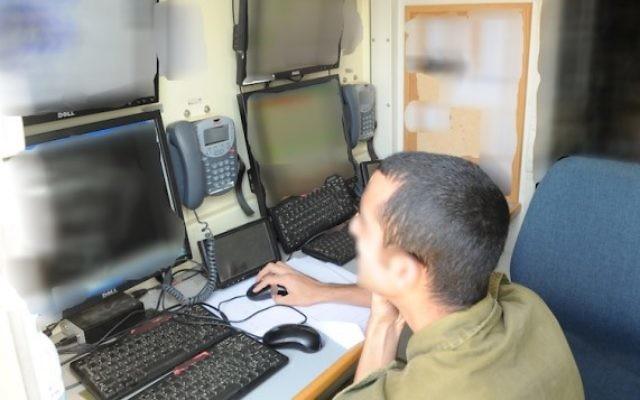 Un soldat de l'unité de C4I de l'armée israélienne  devant un écran surveillant les activités de piratage (Photo: Autorisation)