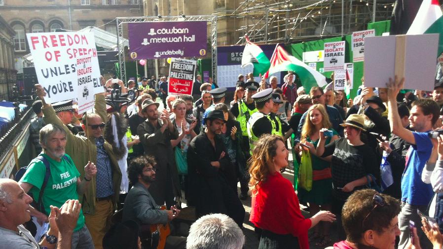 Les membres de la Victor Jackson Show en spectacle silencieux à Edimbourg dans le cadre de leur contre-manifestation pour la liberté d'expression au Fringe Festival 2014 (Crédit: Autorisation de Victor Jackson Show)