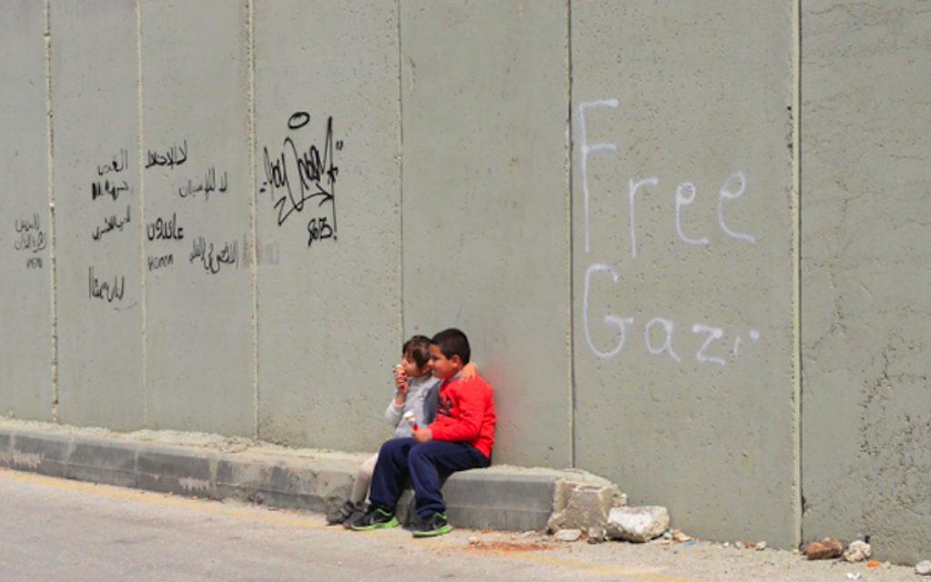 """Scène de """"Salah o Sabo » par Salam Qasem qui explore le jeu de ses neveux derrière la barrière de sécurité de Jérusalem (Autorisation)"""