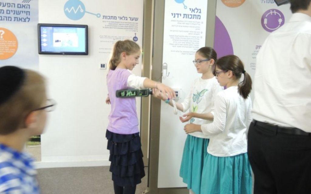 Des enfants visitant le centre de visiteurs Zomet Experience, qui décrit la façon dont les équipements électroniques peuvent être utilisés le Shabbat. (Photo: Melanie Lidman / Times of Israel)