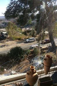 L'une des plusieurs fenêtres brisées dans la maison de Nava Segev à Armon Hanatziv à Jérusalem causée par une pierre lancée par la jeunesse arabe du village d'à côté. (Crédit : Autorisation Nava Segev)