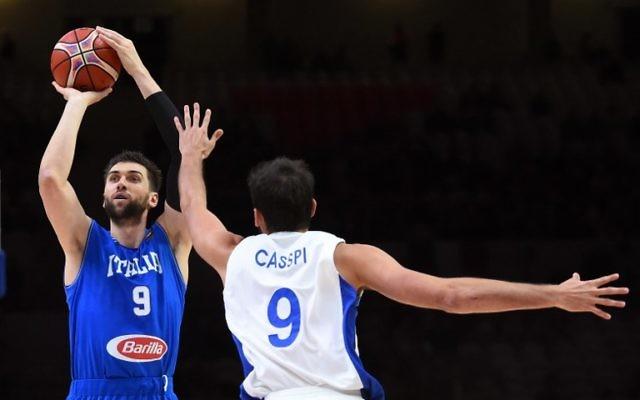 Le centre de l'Italie Andrea Bargnani (G) tire alors que l'Israélien Omri Casspi tente de l'en empêcher lors d'un match de l'EuroBasket 2015 à Lille, au nord de la France, le 13 septembre 2015. (Crédit : AFP PHOTO / EMMANUEL DUNAND)