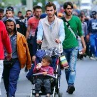 Un groupe de migrants sur la route principale près de Budaors, Hongrie - 5 Septembre 2015 pour rejoindre la frontière austro-hongroise. (Crédit : AFP / ATTILA KISBENEDEK)