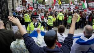 Des manifestants pro-israéliens au premier plan de cette photo prise le 9 septembre au 10 Downing Street à Londres (Crédit : AFP)