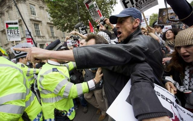 Des manifestants pro-palestiniens protestent contre une visite prévue du Premier ministre israélien Benjamin Netanyahu à l'extérieur des portes de Downing Street à Londres le 9 septembre 2015. (Crédit : AFP PHOTO / JUSTIN TALLIS)