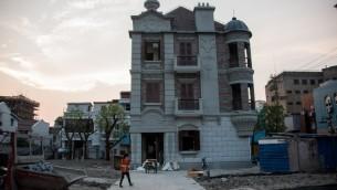 """Réplique du """"Cheval blanc"""", un établissement jadis situé à 100 mètres de là et où aimaient se retrouver les Juifs déracinés à Shanghai (Crédit : JOHANNES EISELE / AFP)"""