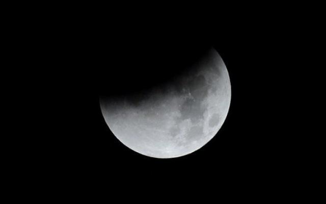 """Une grosse """"super lune"""" pendant les phases d'une éclipse totale à Trébons sur la Grasse, dans le sud de la France, le 28 septembre 2015. (Crédit : AFP/Rémy Gabalda)"""
