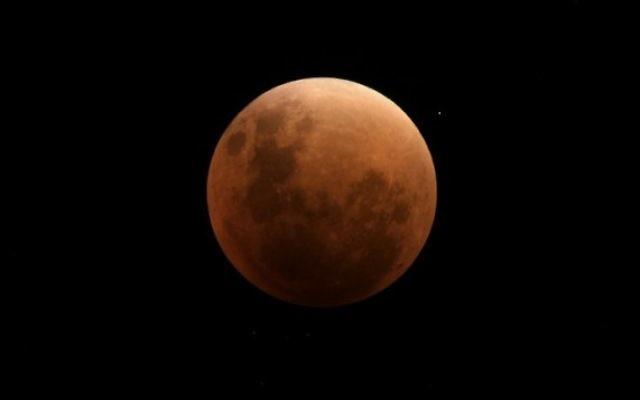 Photo de la lune lors d'une éclipse totale à Buenos Aires le 27 septembre 2015 (Crédit : AFP PHOTO / JUAN MABROMATA)