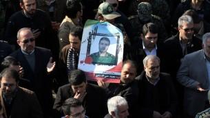 Les pleureuses iraniennes portent un portrait du général de brigade Mohammad Ali Allahdadi, un commandant des Gardiens de la Révolution de la République islamique tués dans un présumé raid aérien israélien sur la Syrie, pendant son cortège funèbre à Téhéran le 21 janvier 2015 (Crédit photo: AFP / ATTA KENARE )