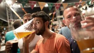 Festival de la bière à Jérusalem en août 2015 (Crédit : AFP PHOTO / MENAHEM KAHANA)