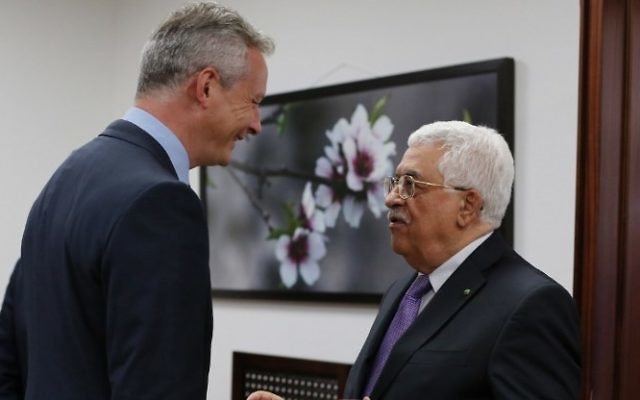 Mahmoud Abbas, à droite, et Bruno Le Maire à Ramallah le 5 septembre 2015 (Crédit : AFP / ABBAS MOMANI)
