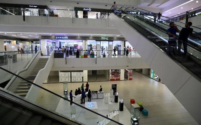 Les magasins iraniens dans un centre commercial dans le nord de la capitale Téhéran, le 19 août 2015. Les experts disent que la levée attendue des sanctions imposées sur le programme nucléaire controversé de l'Iran va ouvrir la porte à une manne potentielle de produits, en particulier pour les produits occidentaux importés. (Crédit : AFP PHOTO / ATTA KENARE)