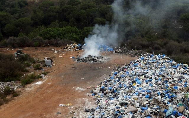 Des ordures dans une décharge temporaire située dans une zone boisée dans le domaine de Qunnabet Broumana au nord de Beyrouth, le 7 septembre, 2015. (Crédit : AFP PHOTO / JOSEPH EID)
