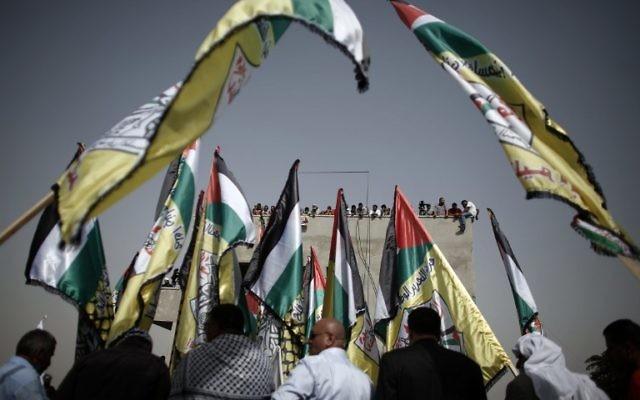 Des drapeaux palestiniens agités pendant les funérailles de Riham Dawabsha, le 7 septembre 2015 dans un cimetière du village cisjordanien de Duma. (Crédit : AFP PHOTO / THOMAS COEX)
