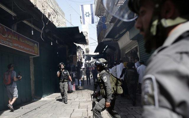 La police utilise des grenades assourdissantes pour disperser des manifestants palestiniens dans une rue du quartier musulman de la Vieille Ville de Jérusalem au cours des échauffourées avec la police sur le Mont du Temple le 15 septembre,2015. (AFP PHOTO / THOMAS COEX)