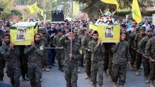 Des combattants du Hezbollah portent les cercueils de leurs camarades qui ont été tués par les combats en Syrie pendant leur enterrement à Baalbek, à l'est du Liban, le le 21 septembre 2015. (Crédit : AFP / STR)