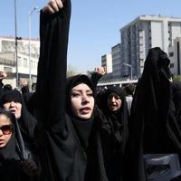 Des manifestantes iraniennes crient des slogans lors d'une manifestation sur la place Enghelab à Téhéran contre l'Arabie saoudite après la mort d'au moins 155 pèlerins iraniens dans une bousculade au hajj annuel, le 25 septembre 2015. (Crédit : AFP PHOTO / ATTA KENARE)