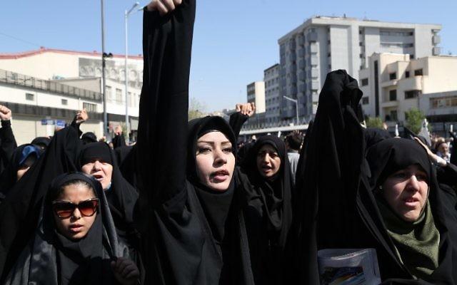 Des manifestantes iraniennes crient des slogans lors d'une manifestation sur la place Enghelab à Téhéran contre l'Arabie saoudite après la mort d'au moins 155 pèlerins iraniens dans une bousculade au hajj annuel, le 25 septembre, 2015. (Crédit : AFP PHOTO / ATTA KENARE)