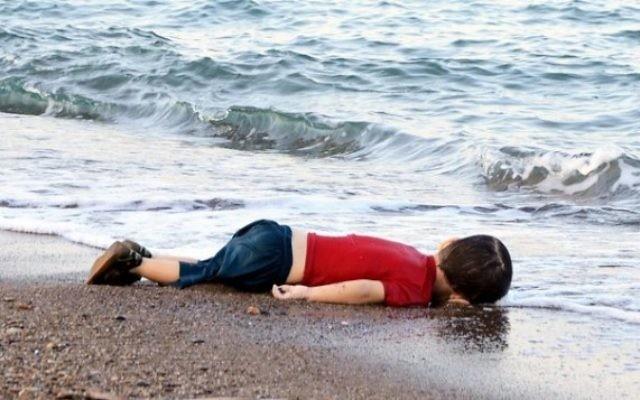 Ayral Kurdi, petit enfant noyé sur une plage d'une station balnéaire de Bodrum après le naufrage du bateau qu'il le transportait pour échapper à la Syrie le 2 septembre 2015 (Crédit : AFP / DOGAN AGENCE DE NOUVELLES)