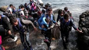 Des réfugiés syriens accostent sur l'île de Lesbos, après avoir traversé la mer Egée, le 3 septembre 2015 (Crédit photo : ANGELOS TZORTZINIS/ AFP)
