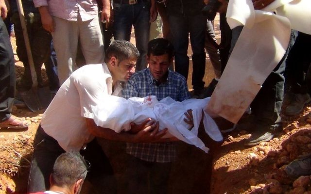 Le père d'Ayral Krudi enterre ses deux fils et son épouse le 4 septembre 2015 (Crédit : ANHA / AFP)