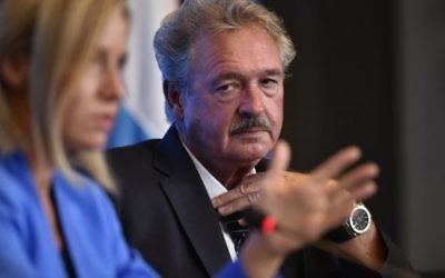 Le ministre luxembourgeois des Affaires étrangères Jean Asselborn (D) lors d'une conférence de presse  de la réunion du Conseil Affaires étrangères de l'UE à Luxembourg, le 5 septembre 2015. (John Thys / AFP)