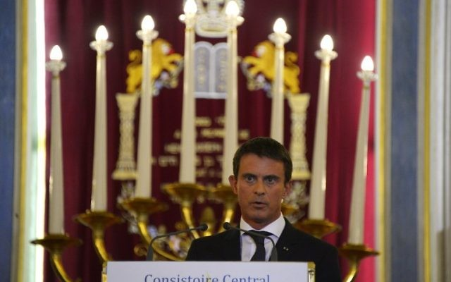 Le Premier ministre français Manuel Valls prononce un discours à la synagogue Nazareth, dans le cadre de la présentation des voeux de bonnes années de l'Etat français à la communauté juive, le 8 septembre, 2015 Paris (Crédit : AFP PHOTO / BERTRAND GUAY)