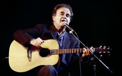 Photo prise le 18 décembre 1988 du chanteur français Guy Beart lors d'un concert à l'Olympia à Paris. Beart est mort âgé de 85 ans, le 16 Septembre, 2015 à Garches, en banlieue de Paris  (Crédit : AFP PHOTO / PIERRE VERDY)