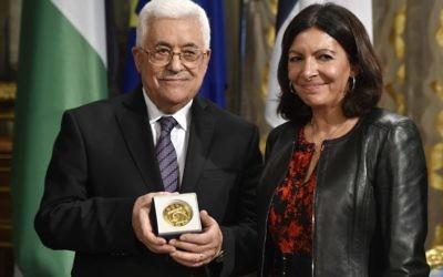 Le président de l'Autorité palestinienne Mahmoud Abbas (à gauche) pose à côté de la maire de Paris, Anne Hidalgo, après avoir reçu la médaille de Paris au cours d'une célébration de la Journée internationale de la paix le 21 septembre 2015 à l'hôtel de ville de Paris (Crédit : AFP PHOTO / DOMINIQUE FAGET)