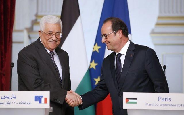 Le président français François Hollande (à droite) serre la main du président de l'Autorité palestinienne, Mahmoud Abbas, après une conférence de presse à l'Elysée à Paris le 22 septembre 2015 (Crédit : AFP PHOTO / PATRICK KOVARIK)